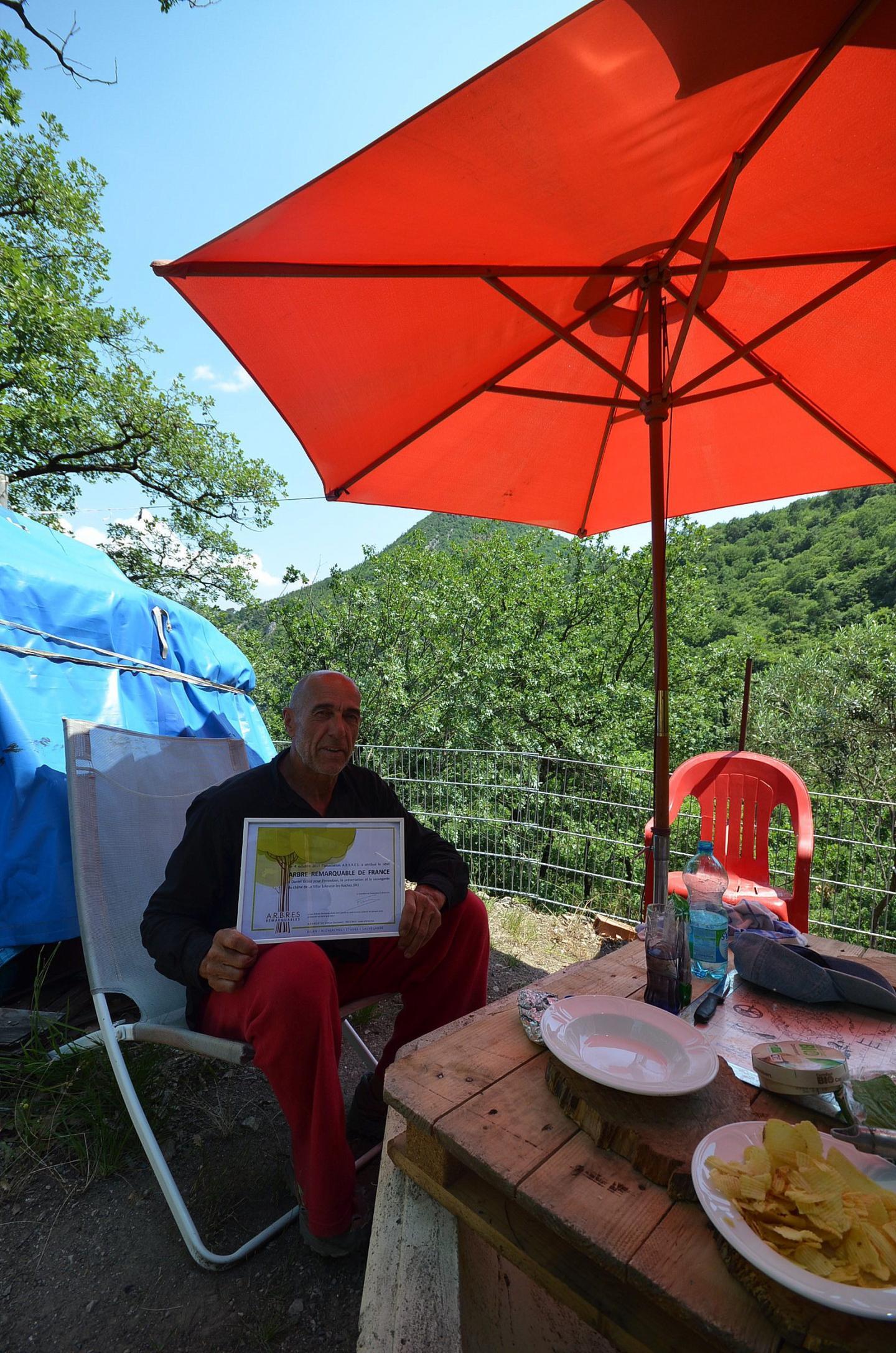 Confortablement installé sur sa terrasse, Daniel Grasa, présente la labellisation de son chêne, défini comme « Arbre remarquable » par l'association française A.R.B.R.E.S.