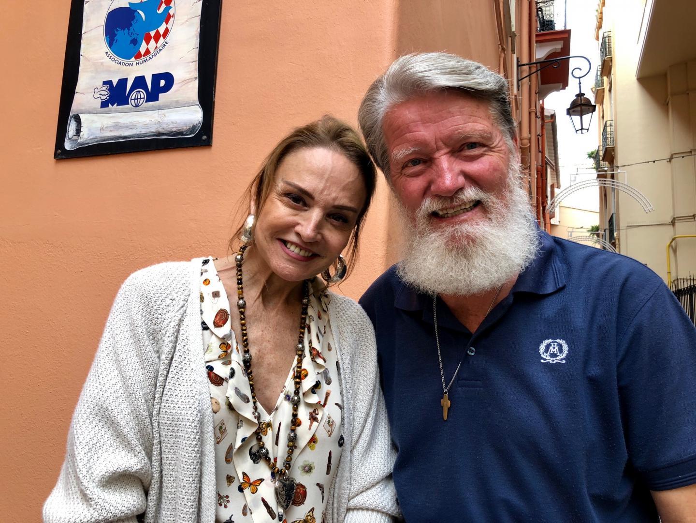 Donatella Campione, présidente de Monaco Aide et Présence, et le père Pedro.