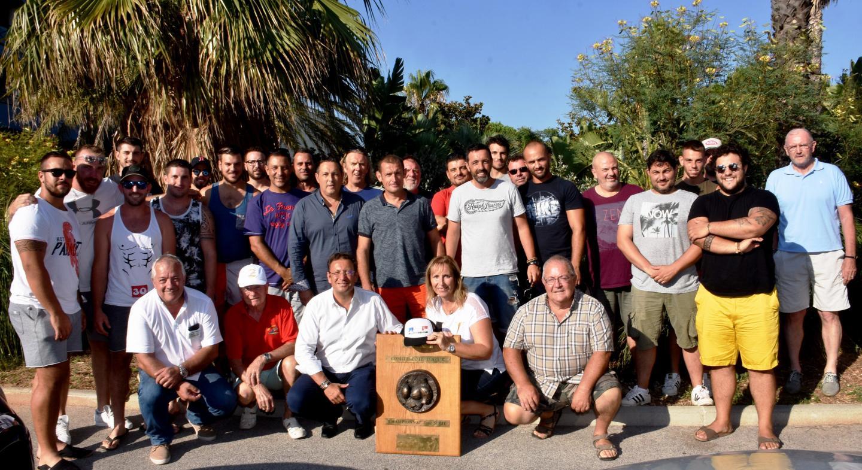 La famille du RC des Plages réunie autour du fameux bouclier de champion de 2e séries Paca.