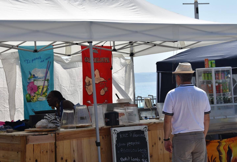 Le festival permet de déguster des mets traditionnels et de découvrir des produits artisanaux.