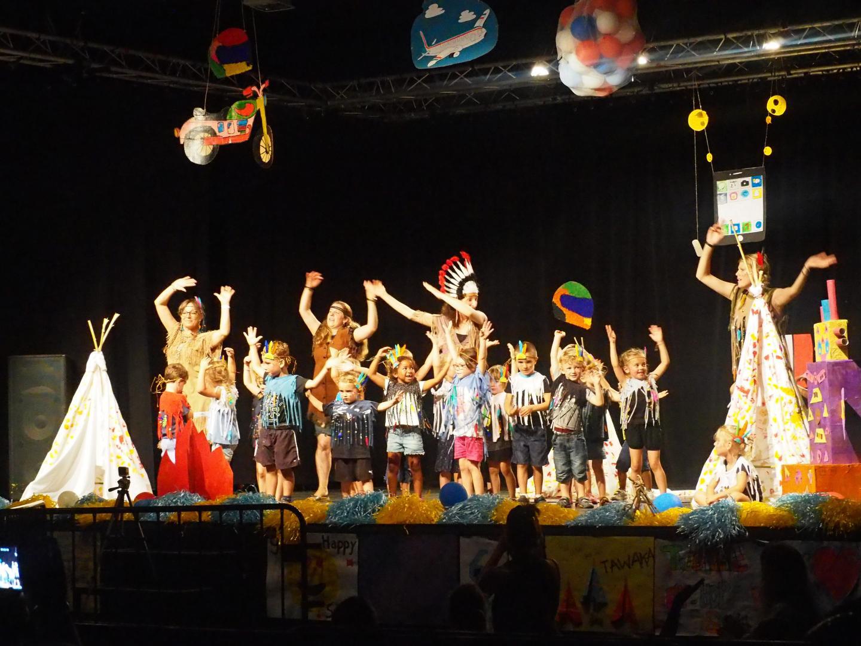 Les petits indiens ont ouvert le spectacle avec un peu d'appréhension...
