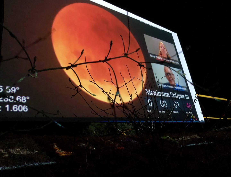 Samedi soir, le spectacle pouvait s'admirer dans le ciel… et sur écran géant ! (photo W.H)