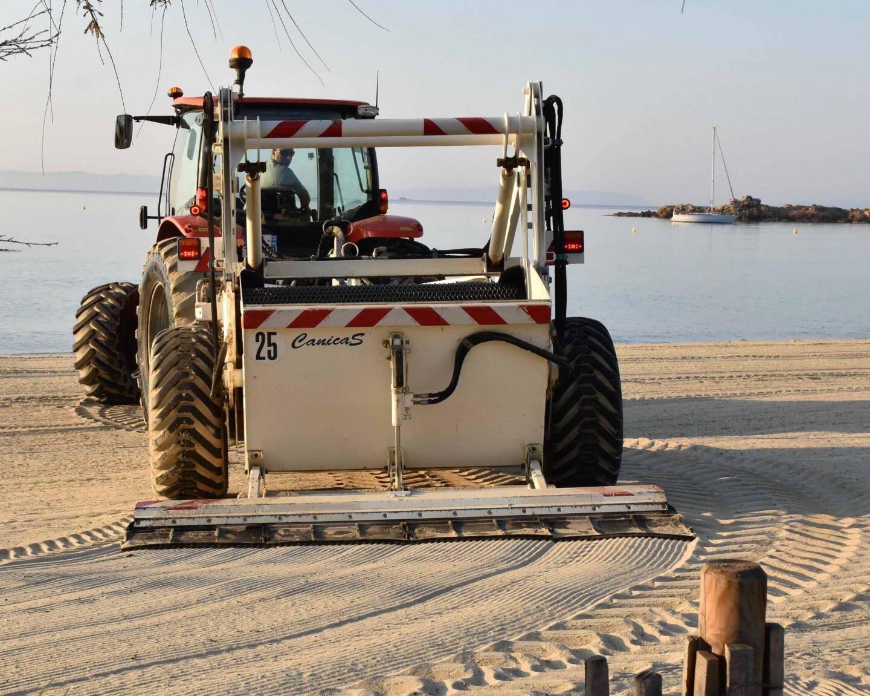 La machine cribleuse à l'œuvre sur l'une des 16 plages de la cité.