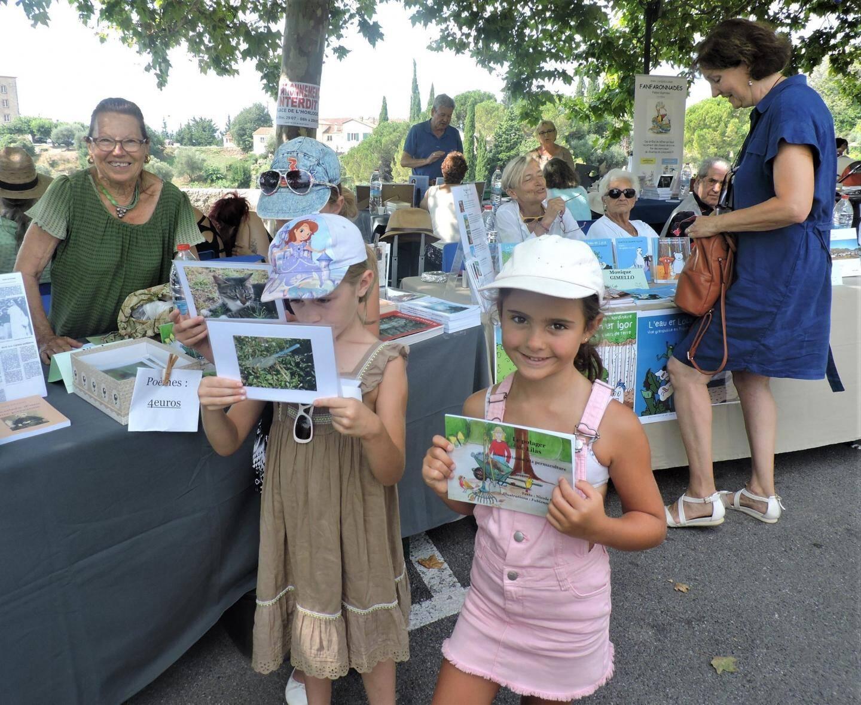 Nicole Rengade et ses jeunes lecteurs.