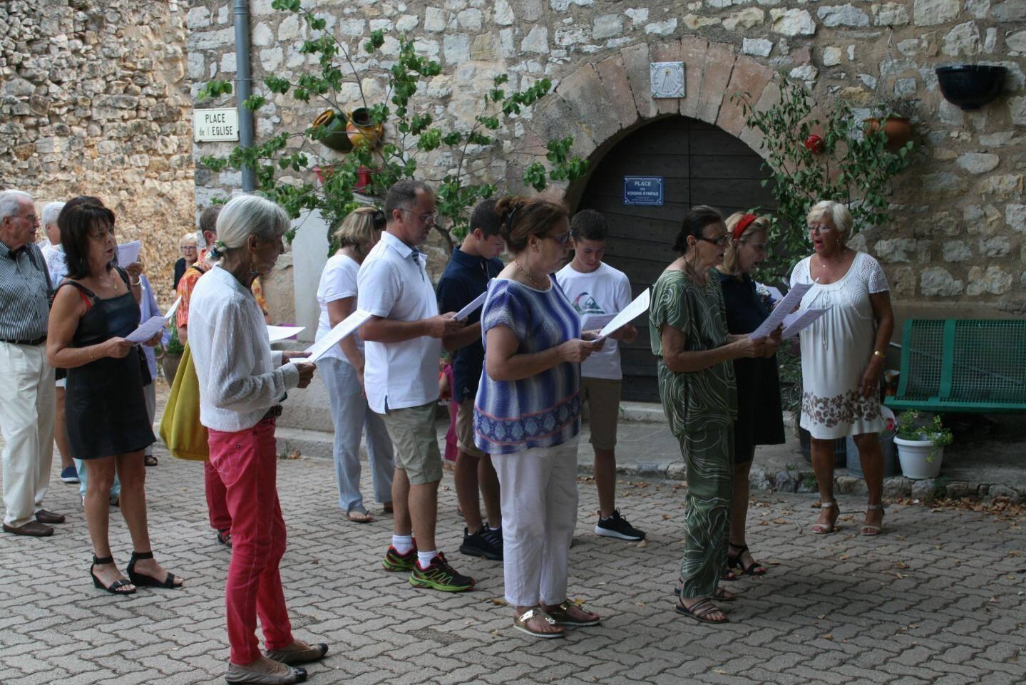 La chorale sous la conduite de Louise Battut.