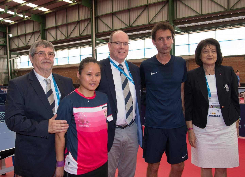 La pongiste Xiaoxin Yang (médaille d'argent), ici avec le prince Albert II, son entraîneur, Yvette Lambin-Berti, secrétaire général du Comité olympique monégasque, et Marc Loulergue, président de la Fédération monégasque de tennis de table.