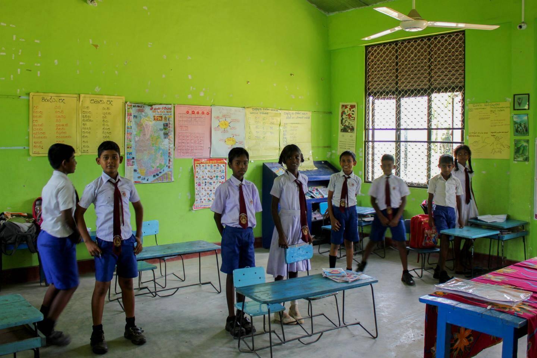 Une salle de classe avec peu de matériel de l'école T/Irakkandy Sinhala Vidyalaya, située à Nilaveli, au Sri Lanka.