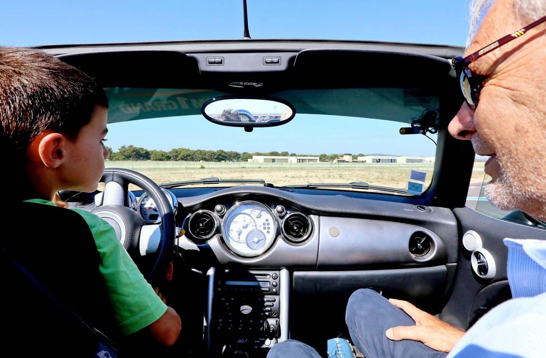Com1grand, l'école de conduite pour les enfants à partir de 7 ans, a séduit Milan, au volant d'une Smart.