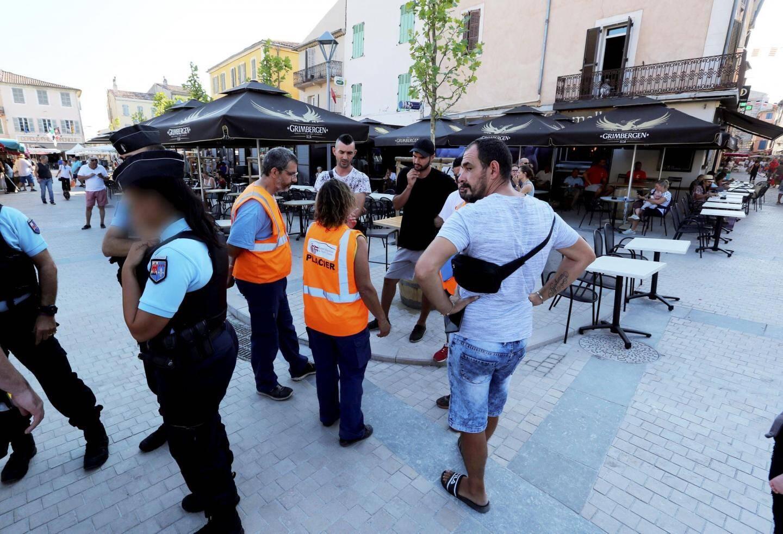 Gendarmes et policiers municipaux patrouillent sur le marché, place Malherbe.