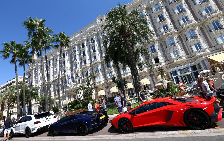 Belles carrosseries et hôtellerie de luxe, un combo traditionnel pour ces touristes haut de gamme.