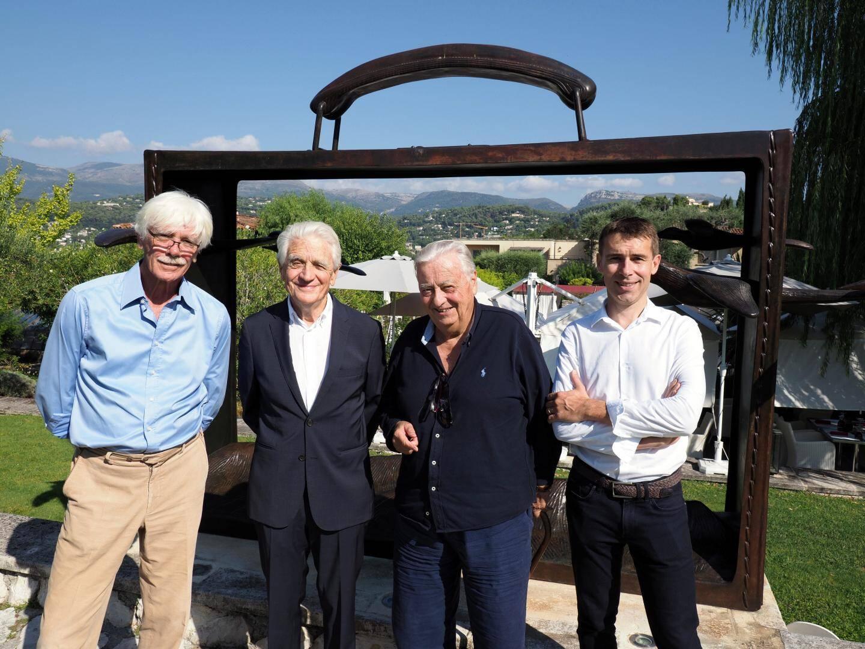 Philippe Caron, Henri Chambon, Jean Mus et Arnaud Prevost au Mas de Pierre.  Le chantier du Jardin des Arts se situe au loin derrière eux.