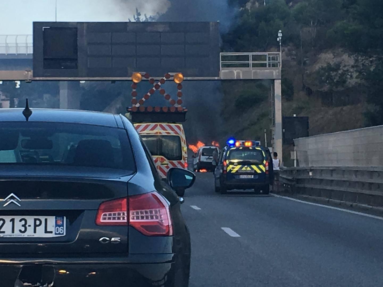 Voiture en feu sur l'Autoroute A8.