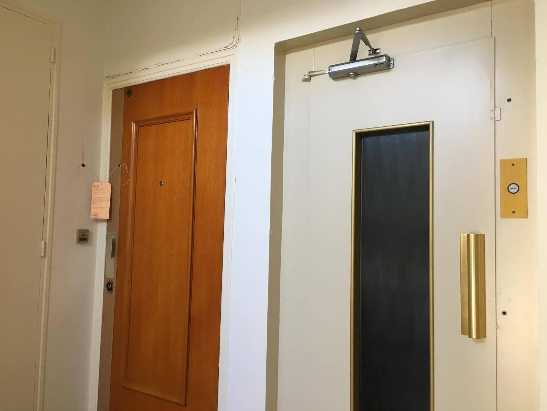 La porte de l'appartement où s'est produit le triple meurtre.