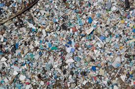 Les déchets plastiques nourrissent de véritables décharges flottantes comme ici dans le Pacifique.
