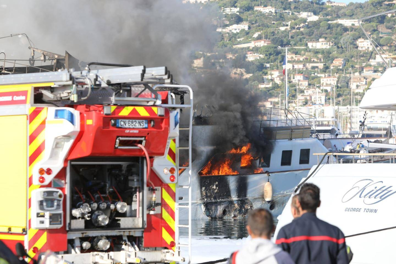 Plusieurs explosions à bord du yacht. Les pompiers tentent de faire couler le bateau. Les autres unités ont été éloignées et sont arrosées régulièrement