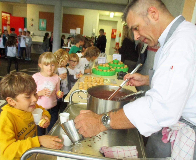 Le chef, Laurent Poulet, a servi un goûter de crumble aux pommes à tous les élèves de l'école.