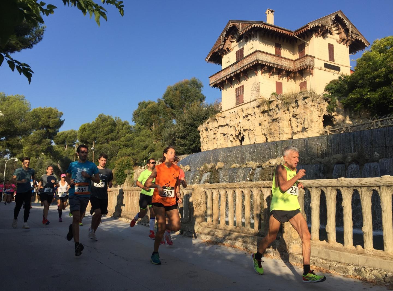 Natacha Gehin (260), première femme, et Francis Bonnet (291), premier V4, lors du départ des 12,6 kilomètres de la course de Gairaut au pied de la fameuse cascade.(DR)