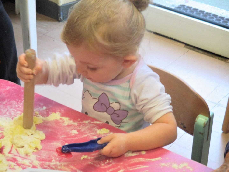 Des activités manuelles jouissives agrémentent ces rencontres. Ici, manipulation de pâte à sel.