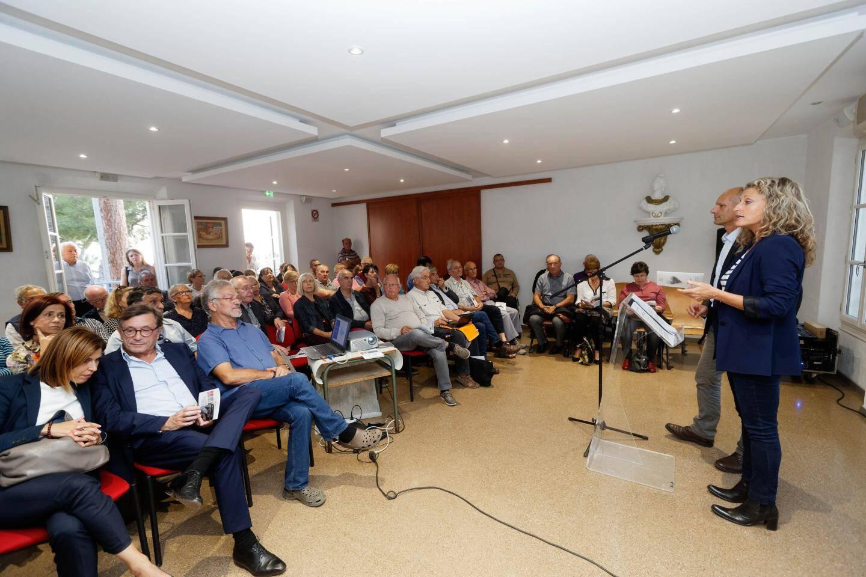 Une soixantaine de personnes ont assisté à la réunion organisée par Nathalie Bicais et Joseph Mulé, en présence de leurs suppléants Valérie Chambelland et Jean-Sébastien Vialatte, d'élus des trois communes du canton, et de représentants associatifs.