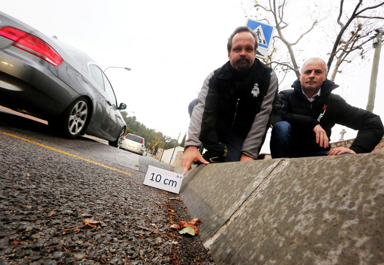 Thierry Modolo (à droite) et José Loubry, membre de la FFMC83, notent nombre d'irrégularités dans les ralentisseurs qui ne doivent pas excéder 10 cm de hauteur.