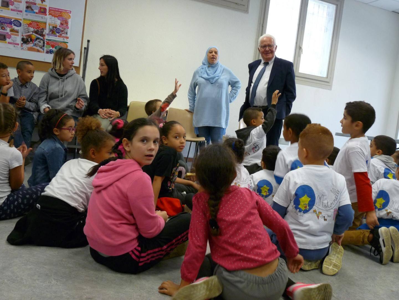 Dans la salle des fêtes, des « diplômes du citoyen modèle » ont été distribués aux jeunes participants.