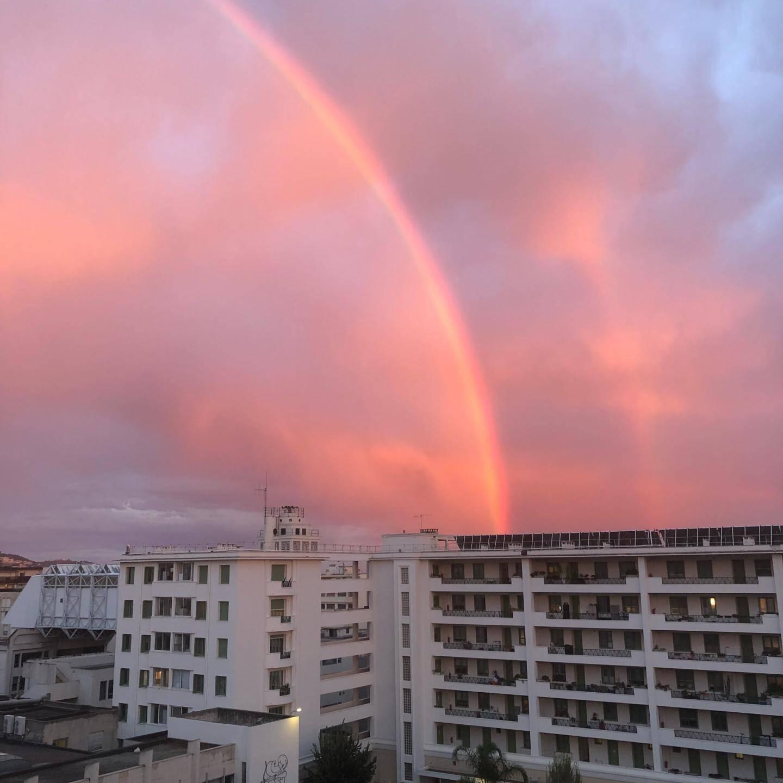 Un arc en ciel dans le ciel azuréen.
