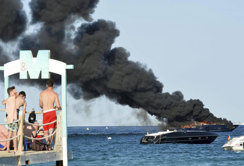 Une vedette de 22 mètres part en fumée et déverse 900 litres de gasoil dans les eaux de la baie.
