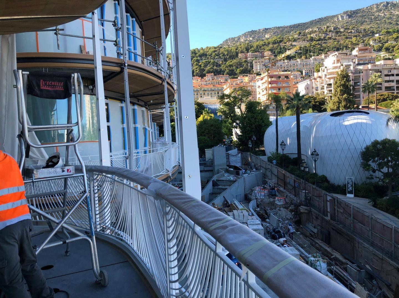 Les balcons et garde-corps sont conçus pour résister à la foule des jours de Grands Prix de Formule 1.