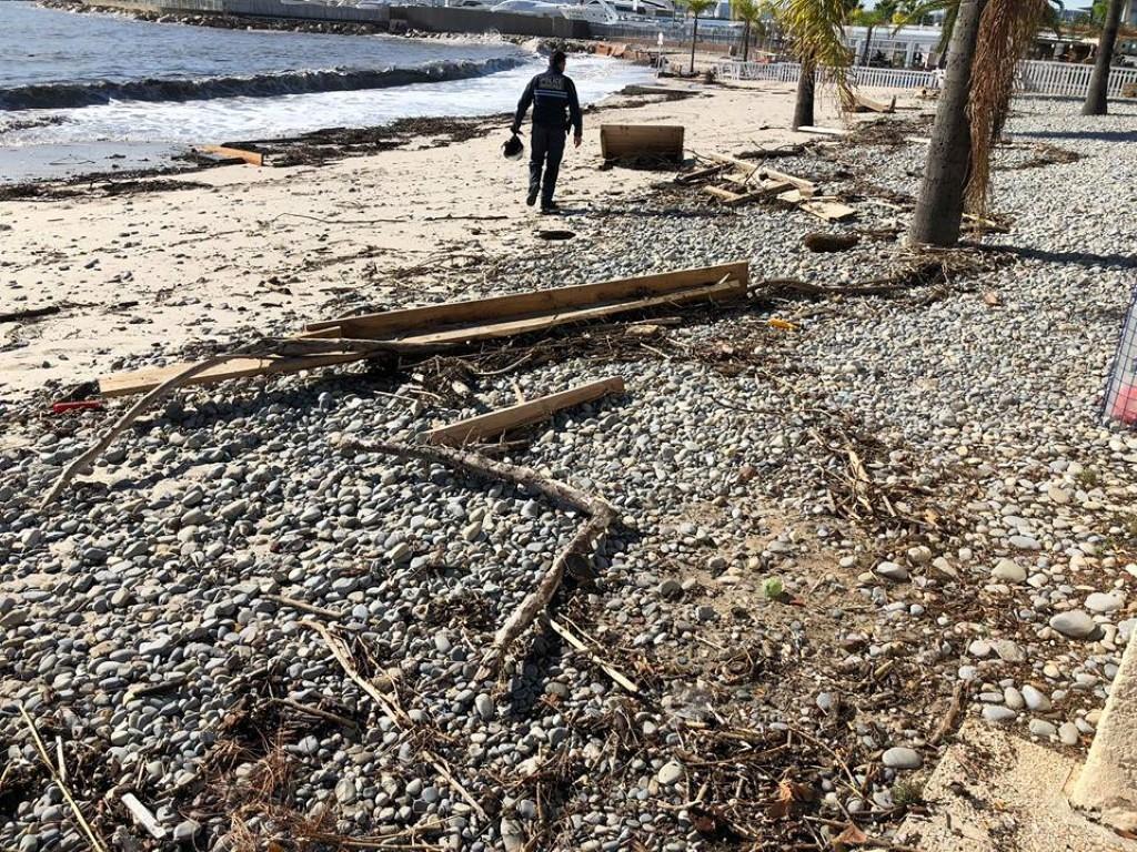 La mer a charrié d'importants déchets, obligeant la ville a fermé les plages au public, comme ici aux Flots bleus. (DR)