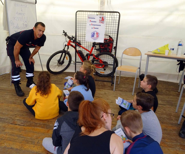 Les élèves de Mme Ravel de l'école Tardivier à  La Garde, attentifs aux conseils des sapeurs-pompiers concernant la vigilance pendant les grosses pluies.