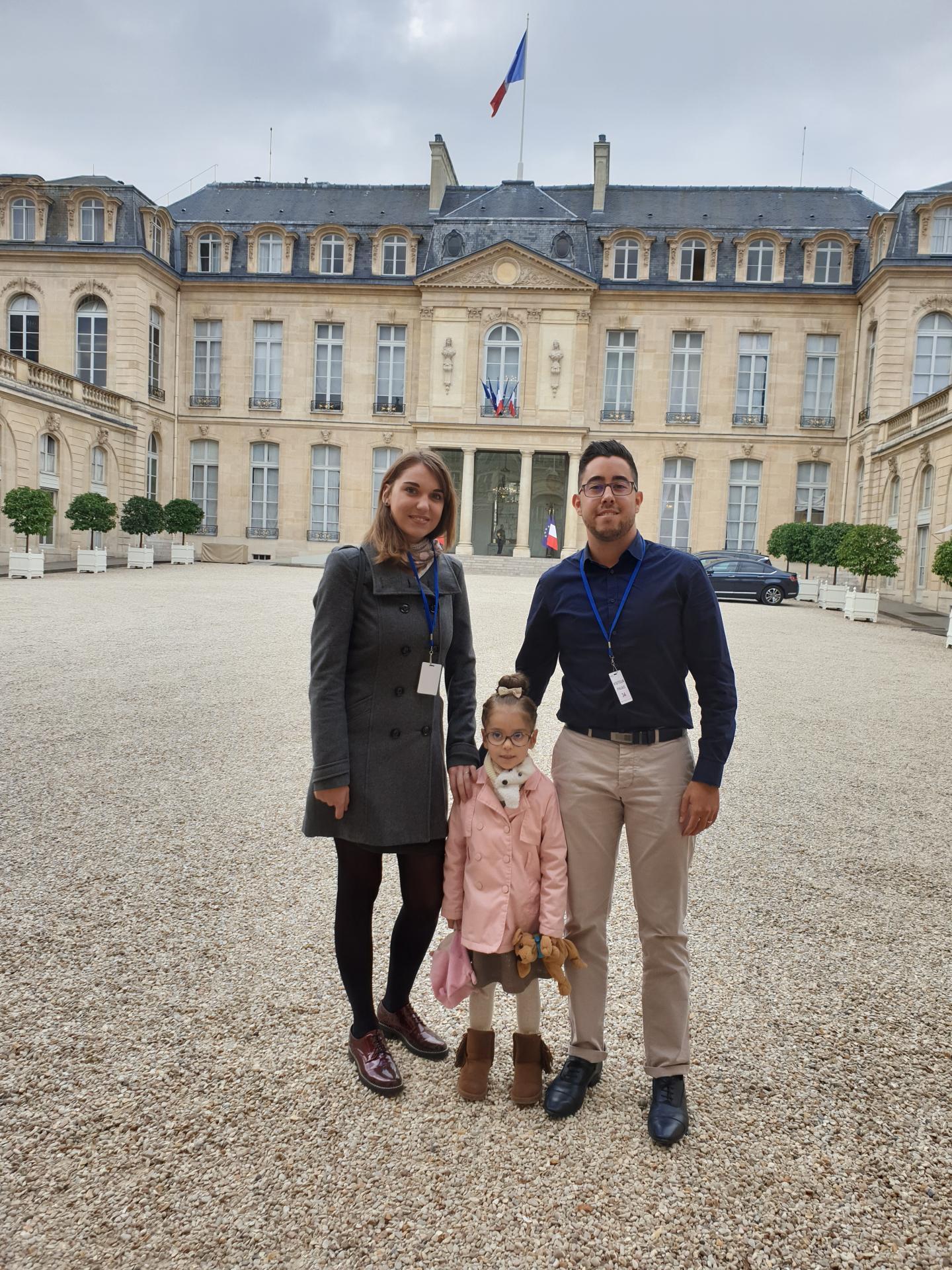 La famille Aggoun dans la cour de l'Élysée à quelques minutes d'un entretien qui va s'avérer fructueux..