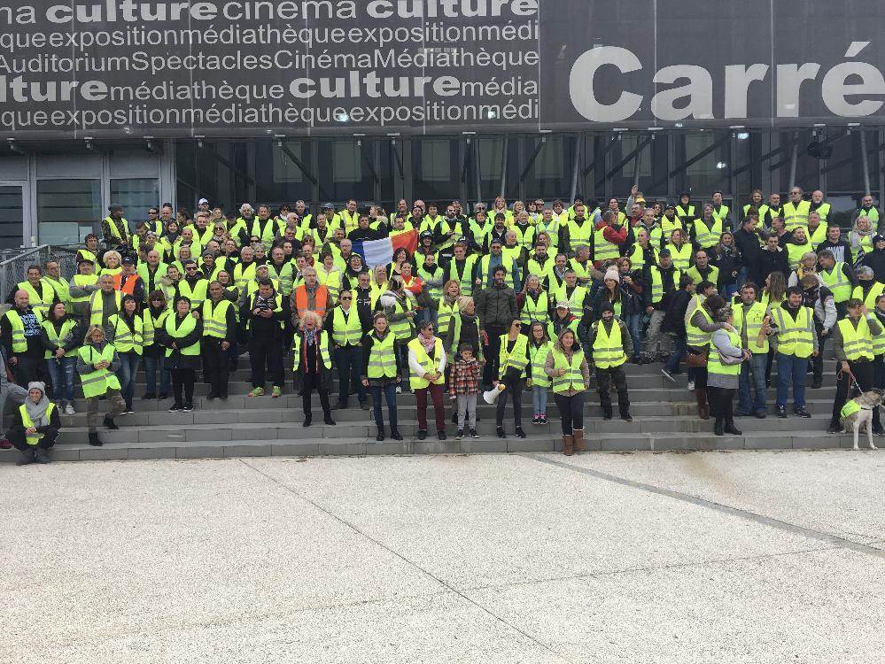 Environ 200 personnes se sont réunies hier vers midi sur le parking du Carré Gaumont à Sainte-Maxime.