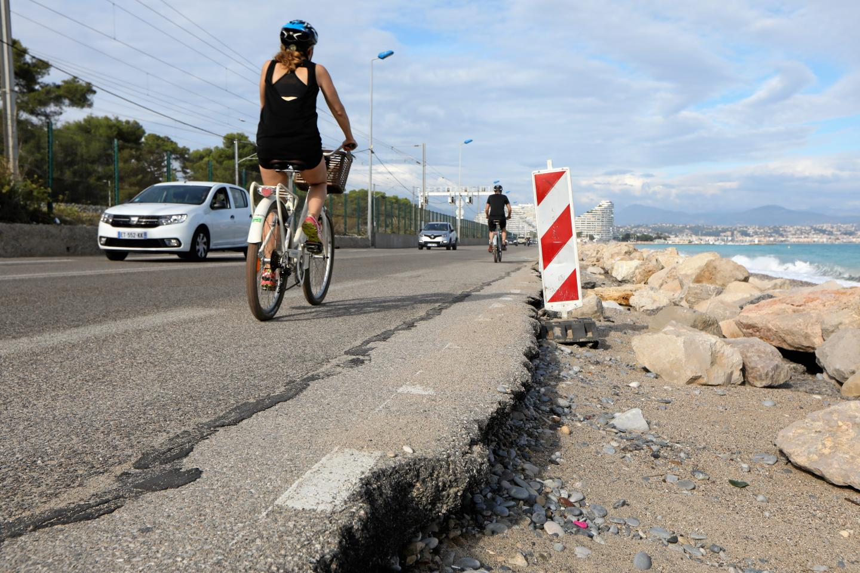 Dans le futur, il n'y aura qu'une seule piste pour les vélos, côté mer, à double sens. Mais, il faudra protéger le site contre les coups de mer !