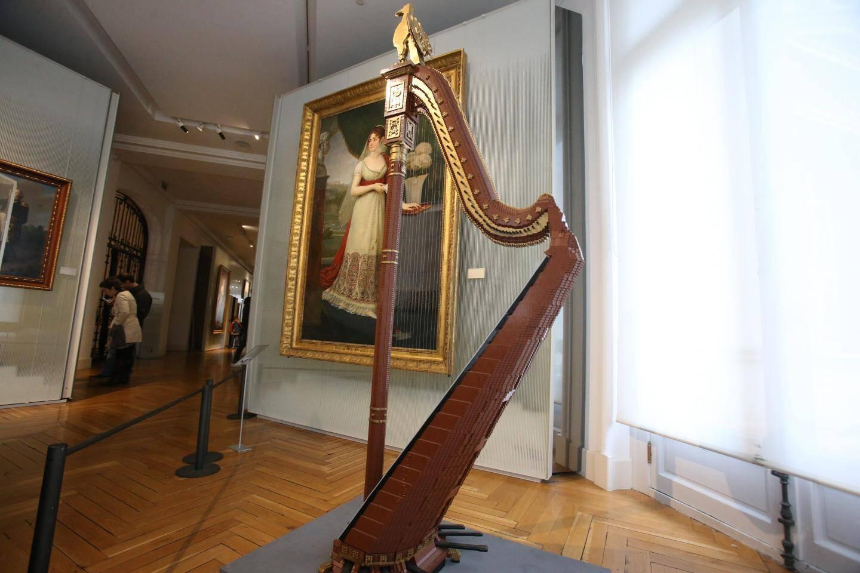 Devant le portrait de Joséphine peint par Gros, trône une harpe empire, tout en Lego…