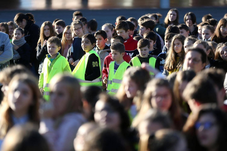 Les élèves du collège Jacques-Prévert sortent enfin dans la cour , une fois l'alerte levée.