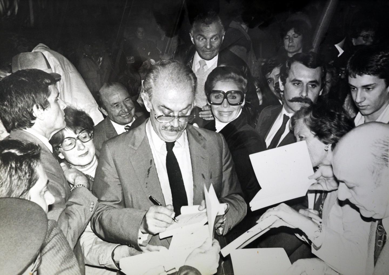 Jacques Médecin signant des autographes au Carnaval de Nice.