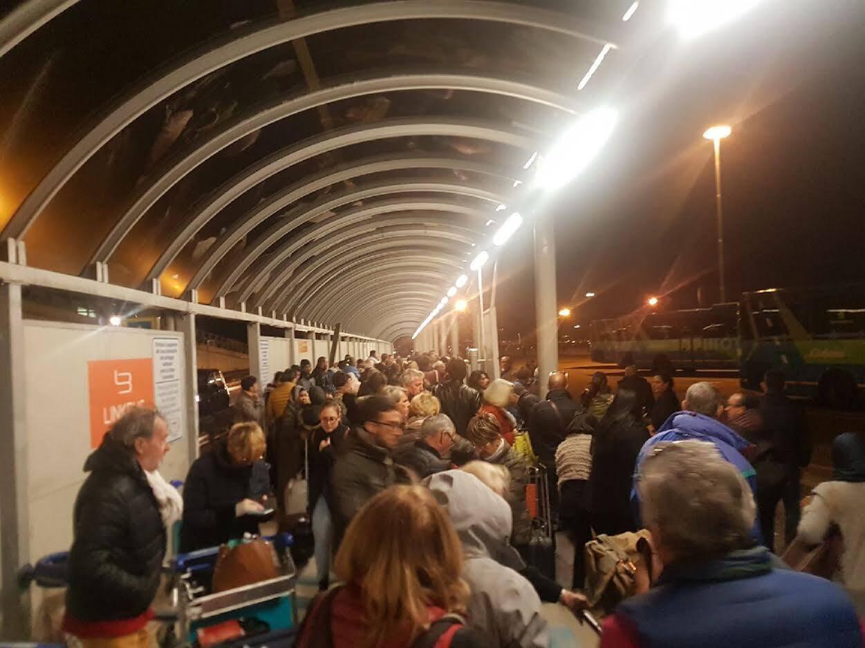 Les bus arrivent enfin à l'aéroport de Turin. Les passagers du vol Marrakech-Nice n'oublieront pas de sitôt cette mésaventure.
