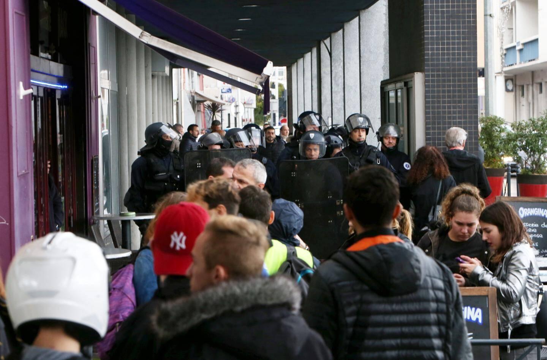 Les jeunes de Beaussier tentent de forcer l'accès à la mairie. Sans succès.