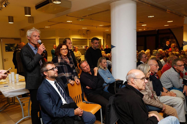 Les sanaryens se sont déplacés nombreux pour poser des questions au skipper Thierry Bouchard.