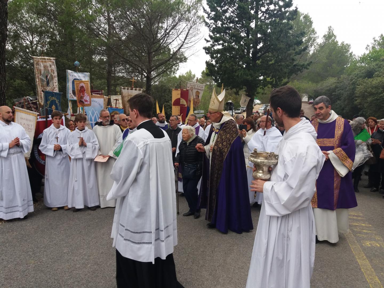 Lors de la première procession du jubilé, présidée par Dominique Rey, évêque du diocèse de Fréjus-Toulon, il a été procédé à la bénédiction du parcours des 22 saints nouvellement érigé autour du sanctuaire