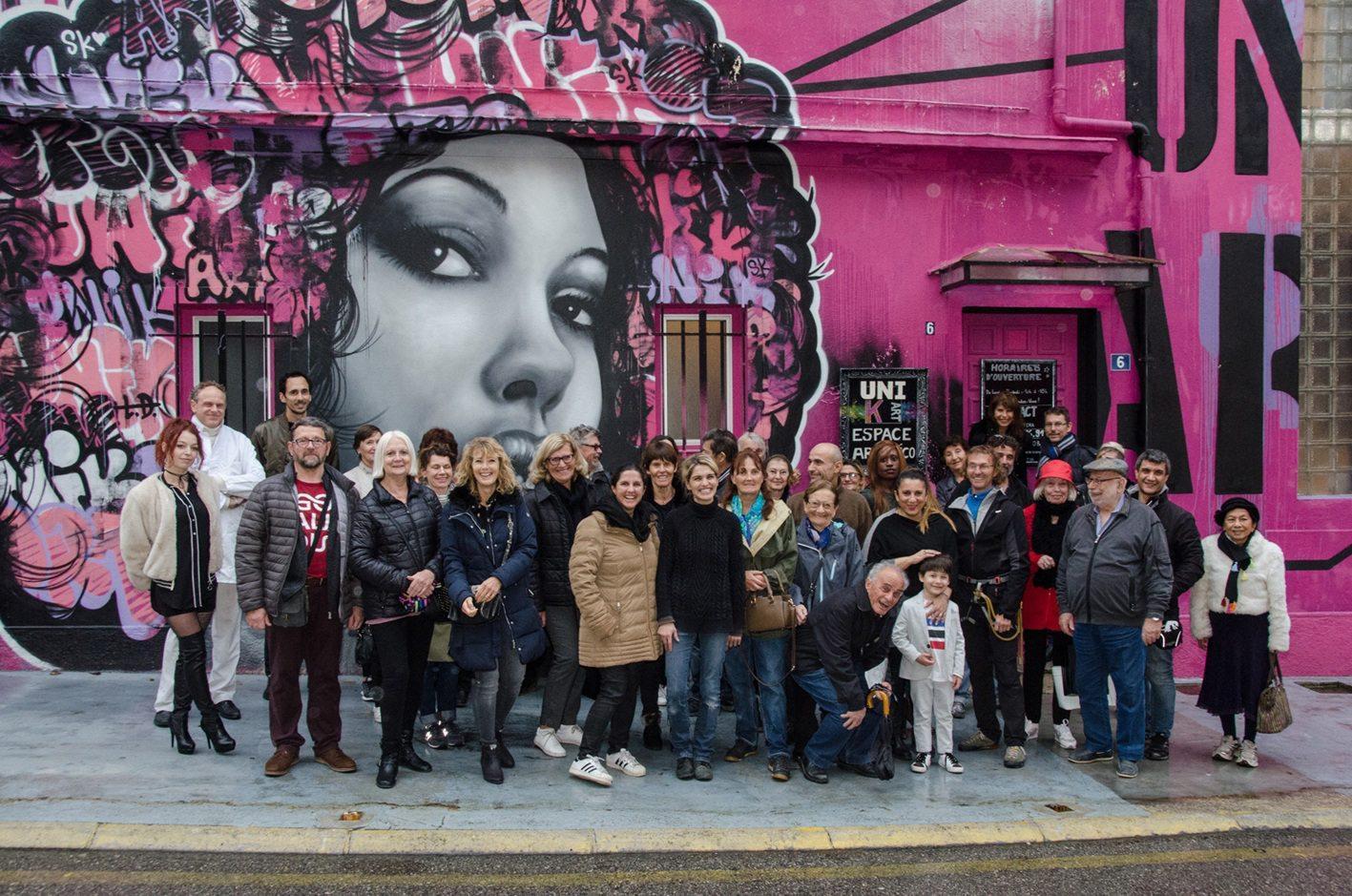Valentine (en pull noir au centre) a ouvert les portes de « Unik Art » à la quarantaine de visiteurs regroupés par l'Office de tourisme.