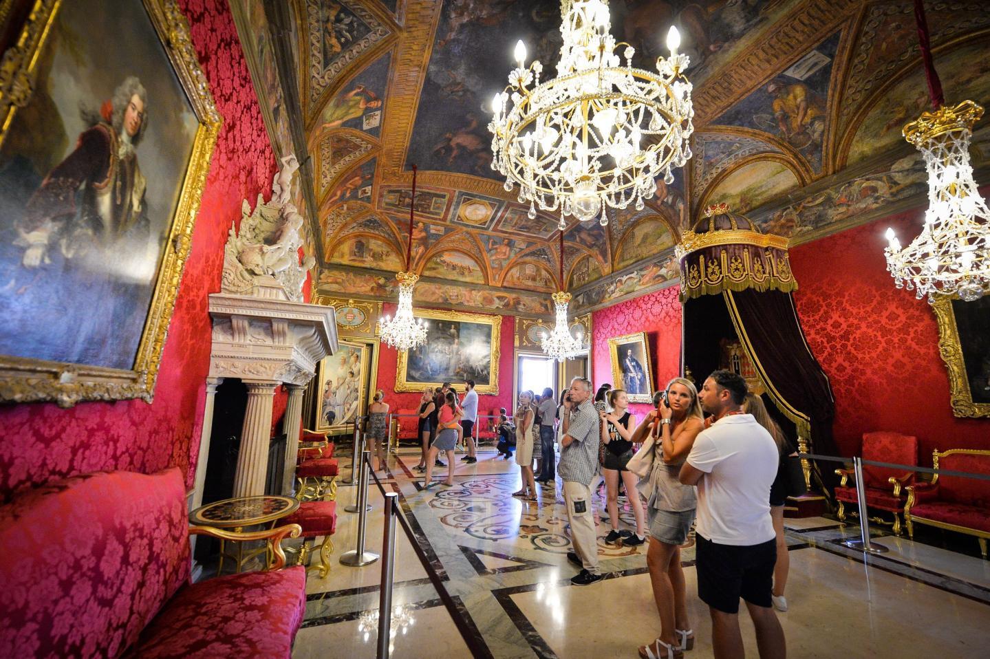 Est-ce le Génois Nicolosio Granello qui a exécuté les décors du plafond de la salle du trône ? Des documents pourraient prouver que oui.