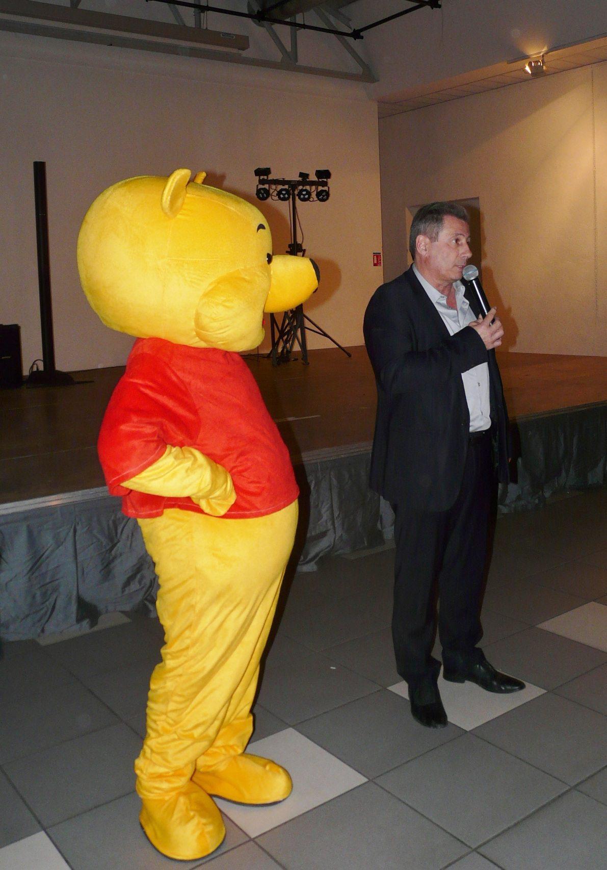 Le maire Patrick Martinelli, ici en compagnie de Winnie l'ourson, a accueilli le personnel communal.