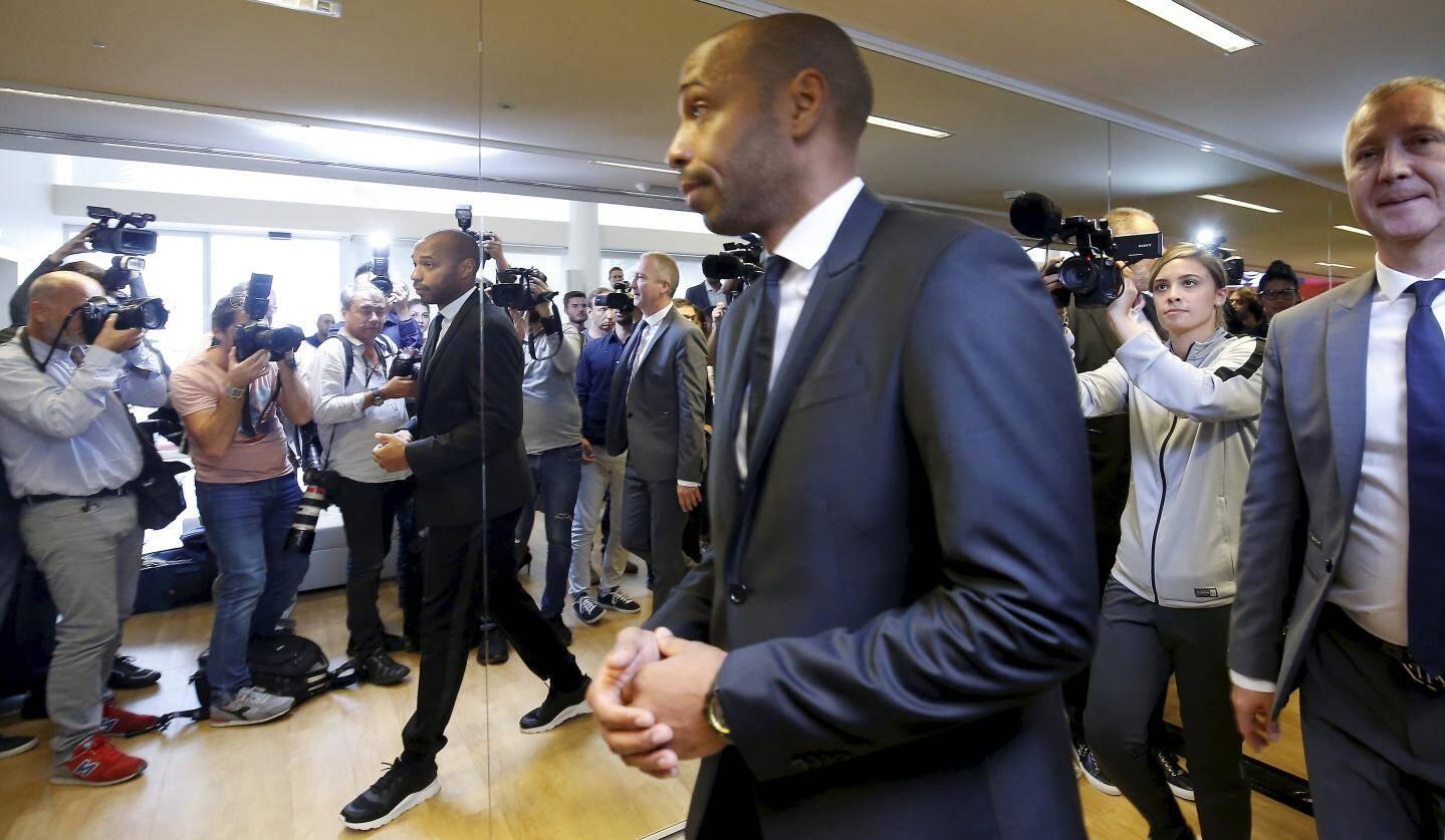 17 octobre : les arroseurs arrosés derrière leurs appareils photos pendant la présentation du nouvel entraîneur de l'AS Monaco, Thierry Henry.