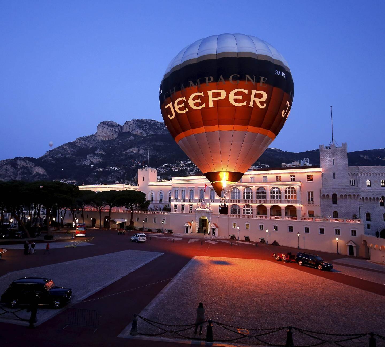 26 mars - Une montgolfière dans les airs au lever du jour place du palais.
