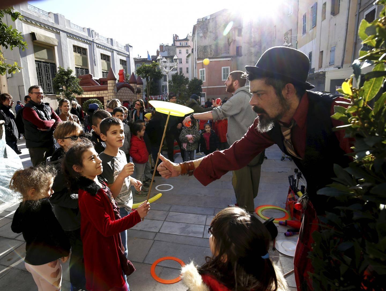 Clowns, chateau gonflable, jongleurs... les animations du square éphémère régalent petits et grands.