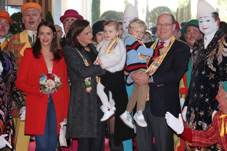 Premier Festival du cirque pour le prince héréditaire Jacques et la princesse Gabriella, qui sont accueillis par leur tante, la princesse Stéphanie