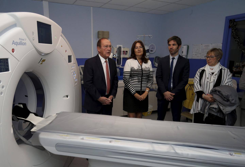Responsables de l'hôpital et élus devant le nouveau scanner de La Palmosa.