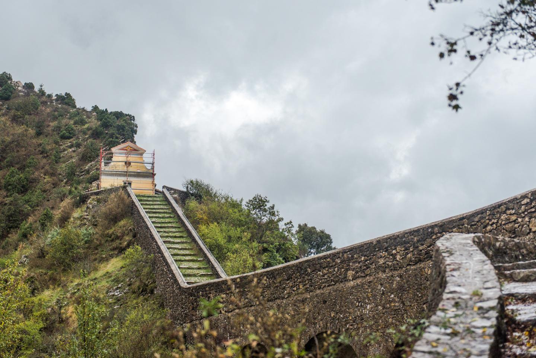 La chapelle Notre-Dame de la Menour a été construite, à Moulinet près de Sospel, sur un éperon rocheux, à 780 mètres d'altitude. Selon la légende, les Vibères auraient amené l'eau en se servant d'une toile tendue au-dessus du gouffre.