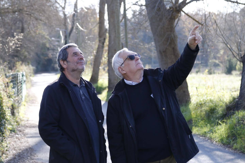 Claude Ros, à gauche, et Guy Grognet, montrent l'installation qui avec la chute d'un câble EDF a entraîné la coupure de réseau Internet.